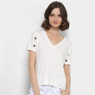 4991c6fa8c Camiseta Aura Ilhós Gola V Feminina