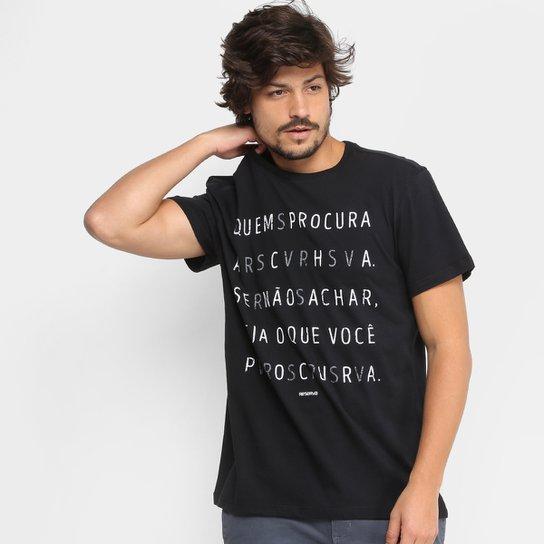 c785df355a Camiseta Reserva Gola Careca Quem Procura Acha Masculina - Preto ...