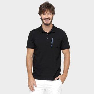 a223b45a6f Camisa Polo Calvin Klein Jeans Piquet Bolso Estampa Relevo