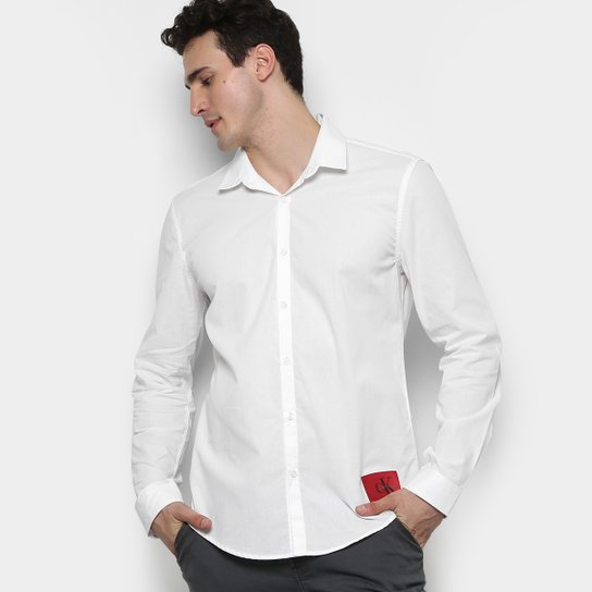 688f4da6fe220 Camisa Calvin Klein ML Básica Slim Fit Lisa Etiqueta Patch Masculina -  Branco