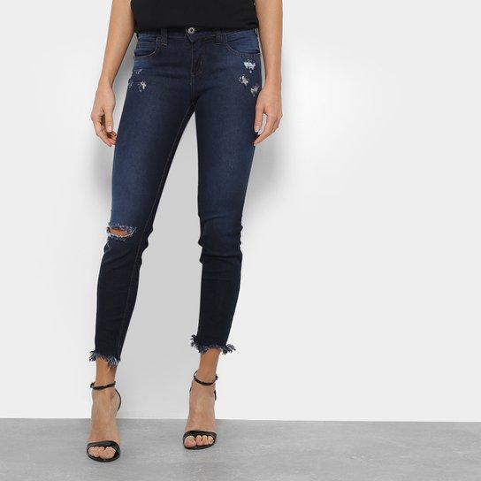 86b7b6bb93 Calça Jeans Skinny Colcci Fátima Rasgos Barra Desfiada Cintura Média  Feminina - Azul Escuro