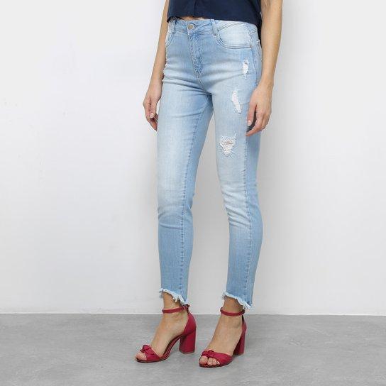 969b093431 Calça Jeans Slim Morena Rosa Giane Barra Cropped Desfiada Cintura Alta  Feminina - Azul Claro