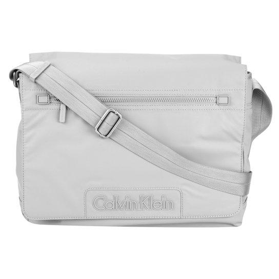 Bolsa Carteiro Calvin Klein Logo Frontal - Compre Agora   Zattini 4dc045b60a