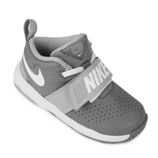 3128358db66 Tênis Infantil Couro Nike Team Hustle D Masculino - Branco e Chumbo ...