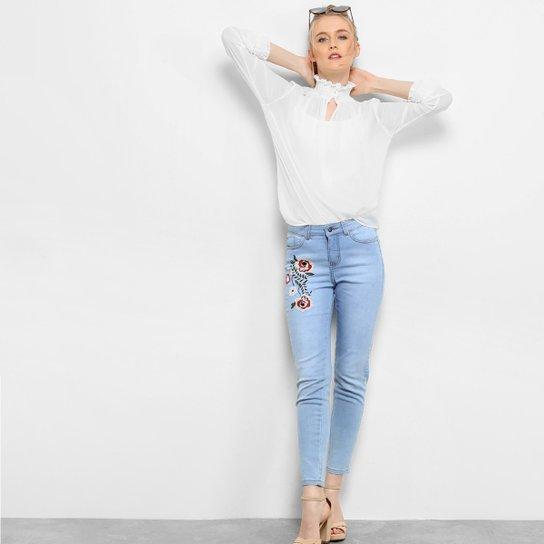 Calça Jeans Cigarrete Drezzup Bordado Floral Feminina - Azul Claro