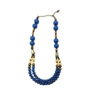 Colar azul com bolas e metais